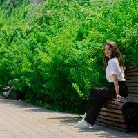 Полина на скамейке в парке :: Илья Браславец
