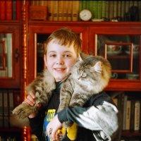 Пленочная фотография, конец прошлого века, камера Зенит. Друзья: сын Алеша и кот Шпигель :: Владимир Шибинский