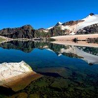 Озеро под пиком Куршо :: Михаил Баевский