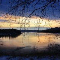 Закат над замерзшим озером. :: Наталья Юрова