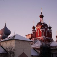 красные купола Крестовоздвиженской церкови :: Сергей Кочнев