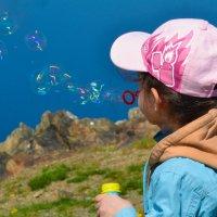 Девочка и мыльные пузыри. :: Виталий Дарханов