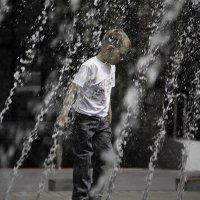 Мам, а почему дяди купаются в фонтане, а мне нельзя? :)) :: Дарья Казбанова