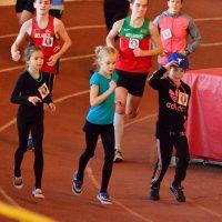 Мальчики бегают за девочками. :: Павел Сущёнок