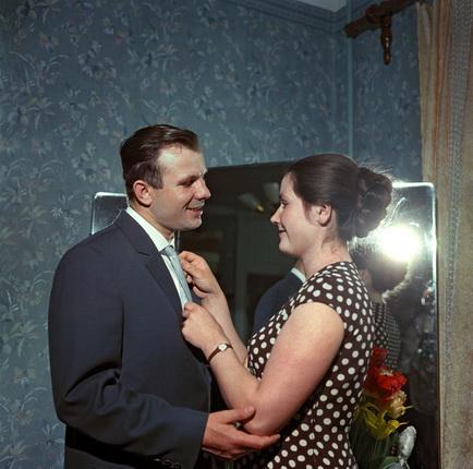Яков Рюмкин. Летчик-космонавт Юрий Алексеевич Гагарин дома с женой Валентиной. 1962. Из архива журнала «Огонек»