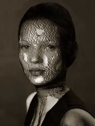 Альберт Уотсон. Кейт Мосс в порванной вуали. Маракеш. 1993