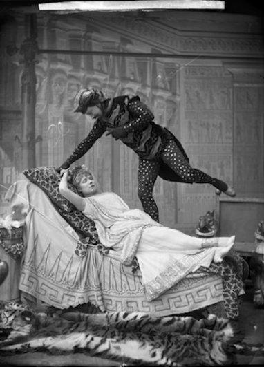 Студия Надара. Вотье и Жанна Гранье (Юпитер и Эвридика) в постановке «Орфей в аду», театр Гете. 1887