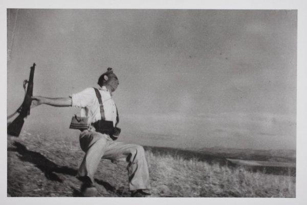 Роберт Капа. Смерть республиканца. Испания. 5 сентября 1936. Photograph by Robert Capa. © International Center of Photography/Magnum – Collection of the Hungarian National Museum