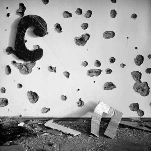 Джеймс Хилл_Стена главного зала школы No1, испещренная дробью от пуль, Беслан, Северная Осетия, сентябрь 2004
