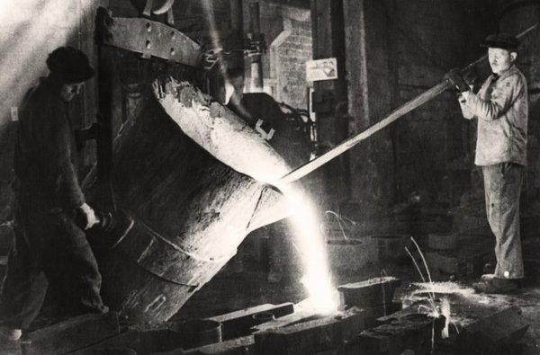 Неизвестный автор. Разливка стали по формам в Литейном цехе Ремонтно-механического завода. Норильск. 1944
