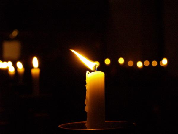 одинокий свет от горящей свечи