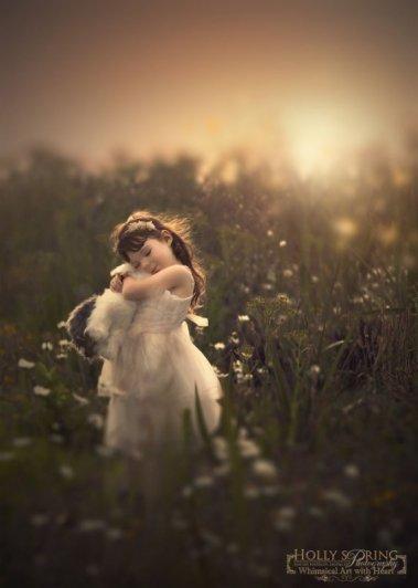 фотографии красивой девочки возле растительности