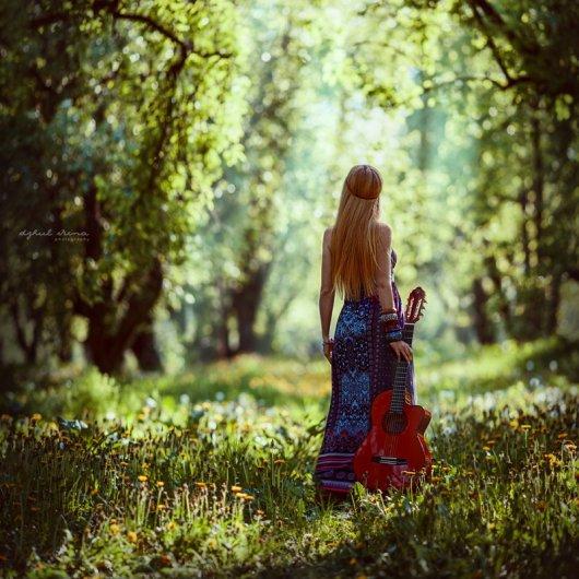 творческий фотограф в лесу