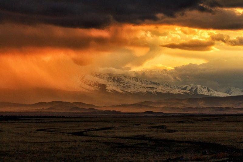 закат в Курайской степи после грозы. Автор фото: Галина Шепелева