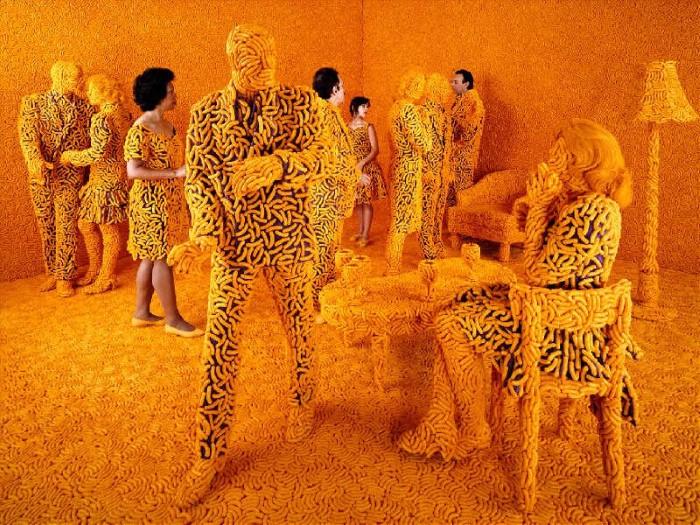 Баланс между фантазией и реальностью от фотографа Sandy Skoglund - №8