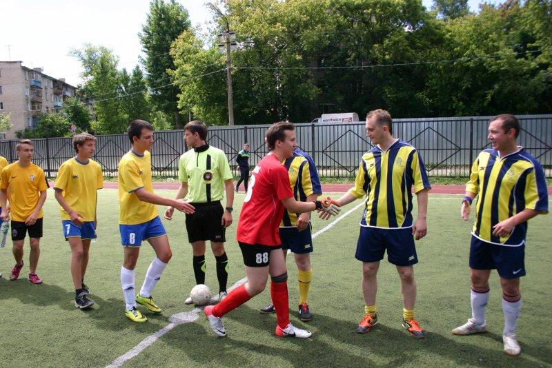 Фотография приветствия двух команд перед началом спортивного состязания