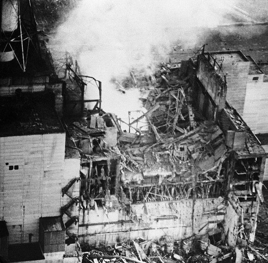Пожар в 4 энергоблоке Чернобыльской АЭС после взрыва 26 апреля 1986 г.