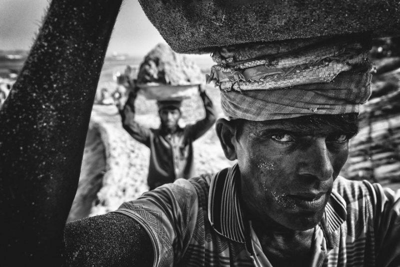 """Приз зрительских симпатий в категории """"Люди"""": """"Носильщики песка"""", округ Муншигандж, область Дакка, Бангладеш, автор – Танвир Хассан Рохан"""