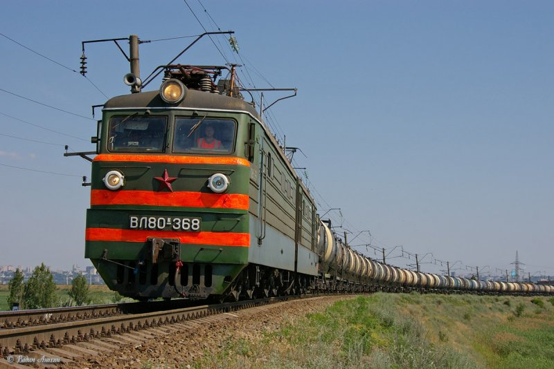 Electric locomotive VL80K-368 with train