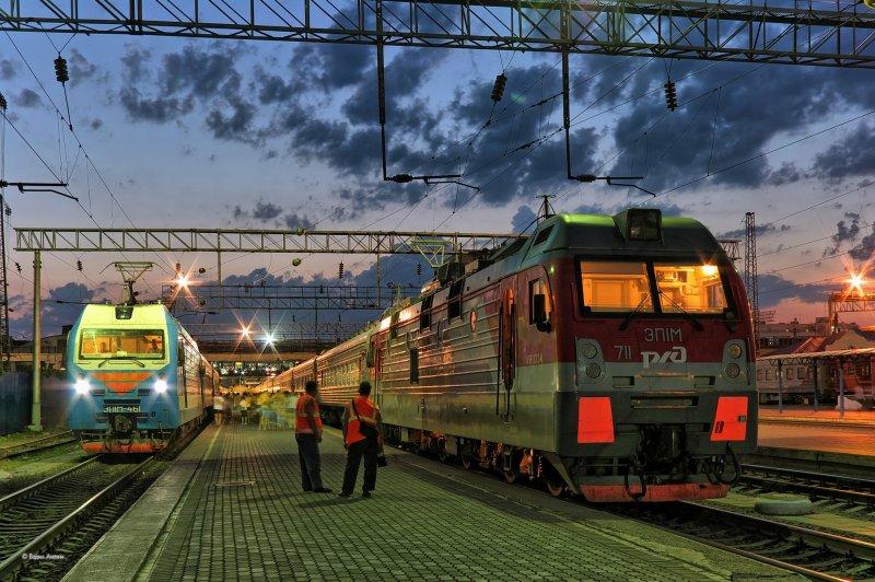 Электровоз ЭП1М-711 вечером на станции  Ростов-Гла
