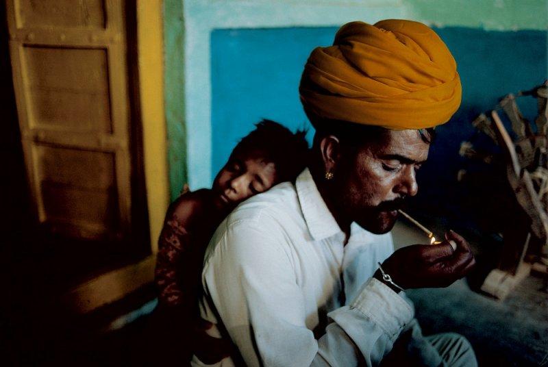 Отец и сын в своем доме. Джодхпур, Индия, 1996