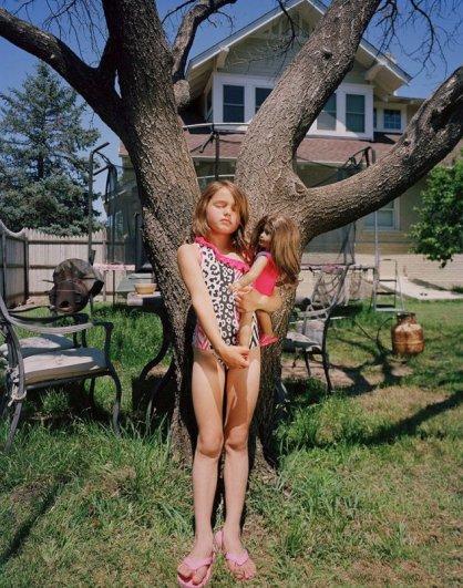 Девочки и куклы в милых детских фото - №7