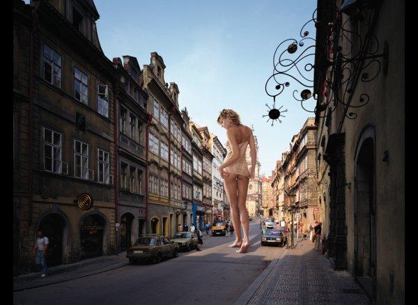 Девушки-гиганты в необычных фото кадрах - №3