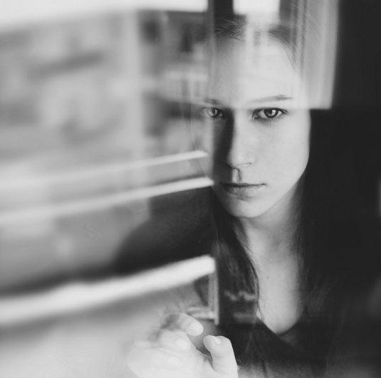 Взгляд в окно - искусство черно-белых фото - №7
