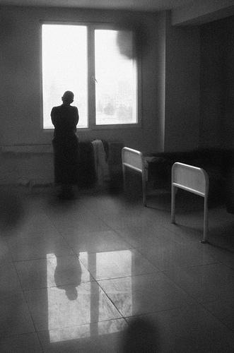Взгляд в окно - искусство черно-белых фото - №11