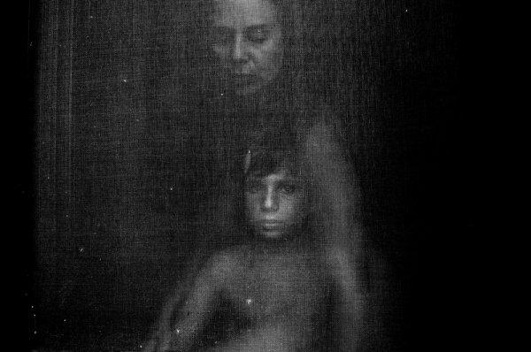 Взгляд в окно - искусство черно-белых фото - №15