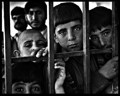 Взгляд в окно - искусство черно-белых фото - №19