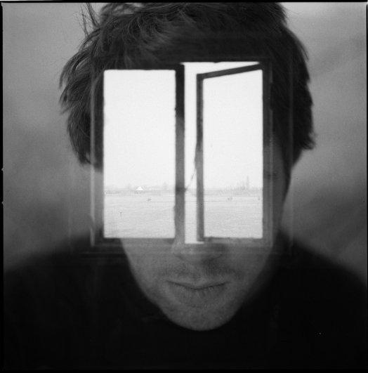 Взгляд в окно - искусство черно-белых фото - №23
