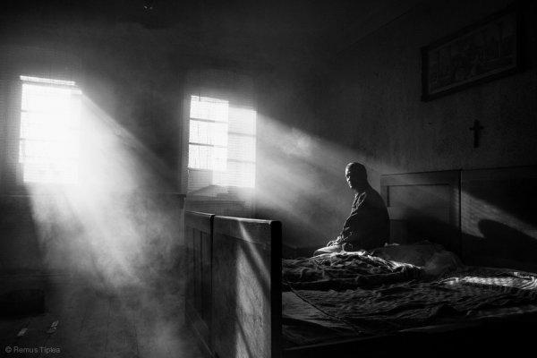 Взгляд в окно - искусство черно-белых фото - №27