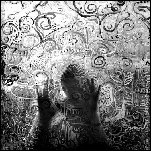 Взгляд в окно - искусство черно-белых фото - №31