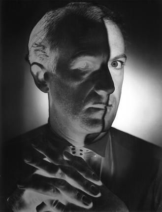 Эрвин Блюменфельд. Сесил Битон, фотограф. 1946. Частичная соляризация. Швейцария, частная коллекция. © The Estate of Erwin Blumenfeld
