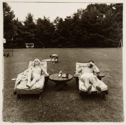 Диана Арбус. Семья воскресным днем отдыхает на газоне в Вестчестере. Июнь, 1968. Серебряно-желатиновый отпечаток. Предоставлено фотоузеем WestLicht, Вена