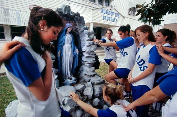 Ли Челано. Молящиеся девушки. 1999. Copyright: 1999