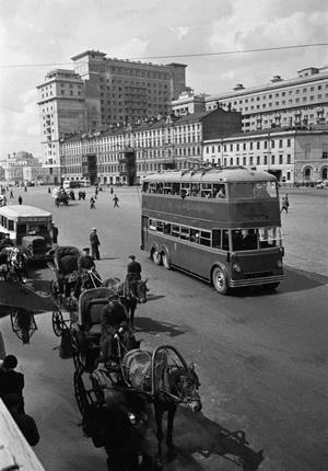 Аркадий Шайхет. [Охотный ряд]. Уличное движение. Москва, 1935. Серебряно-желатиновый отпечаток