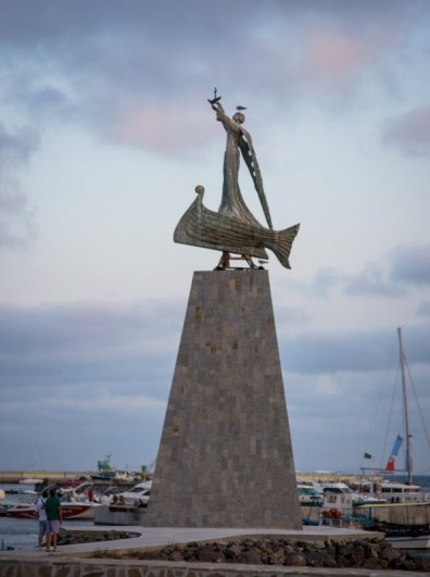 IMG_0573С ветряной мельницей на въезде и статуей Николая Угодника в порту.